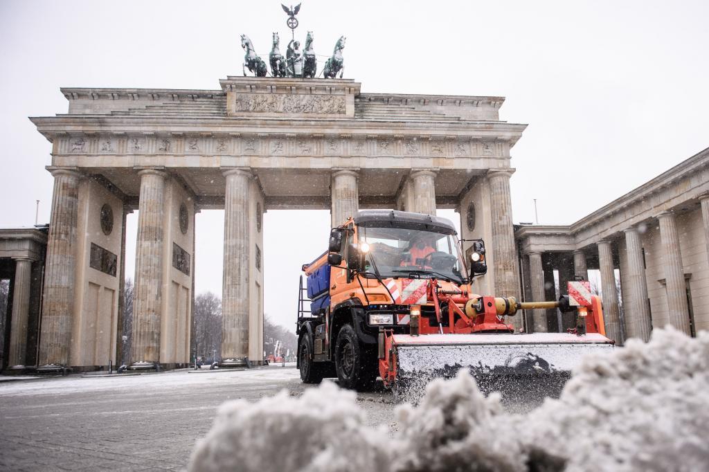 Una quitanieves trabaja cerca de la puerta de Brandenburgo, en Berlín.