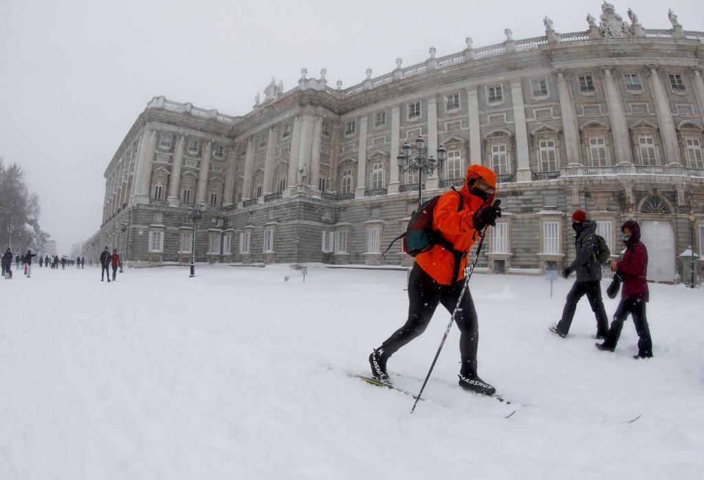 Un hombre esquiando ante el Palacio Real.