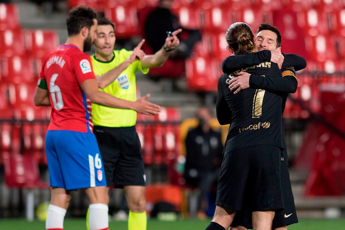 Messi se abraza a Griezmann en Los Cármenes.