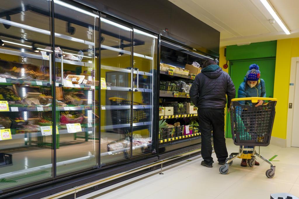 Dos ciudadanos realizando sus compras en un supermercado en Madrid.