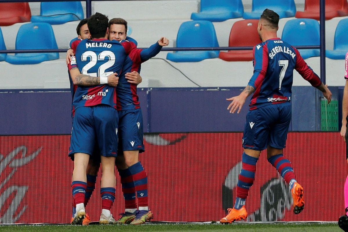Los jugadores del Levante celebran con Morales su gol ante el Eibar.
