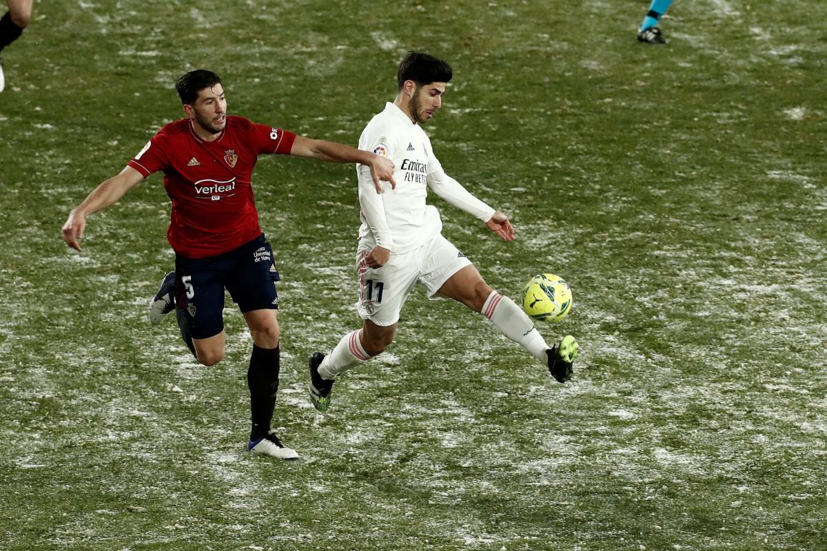 Asensio se lleva el balón ante David García.