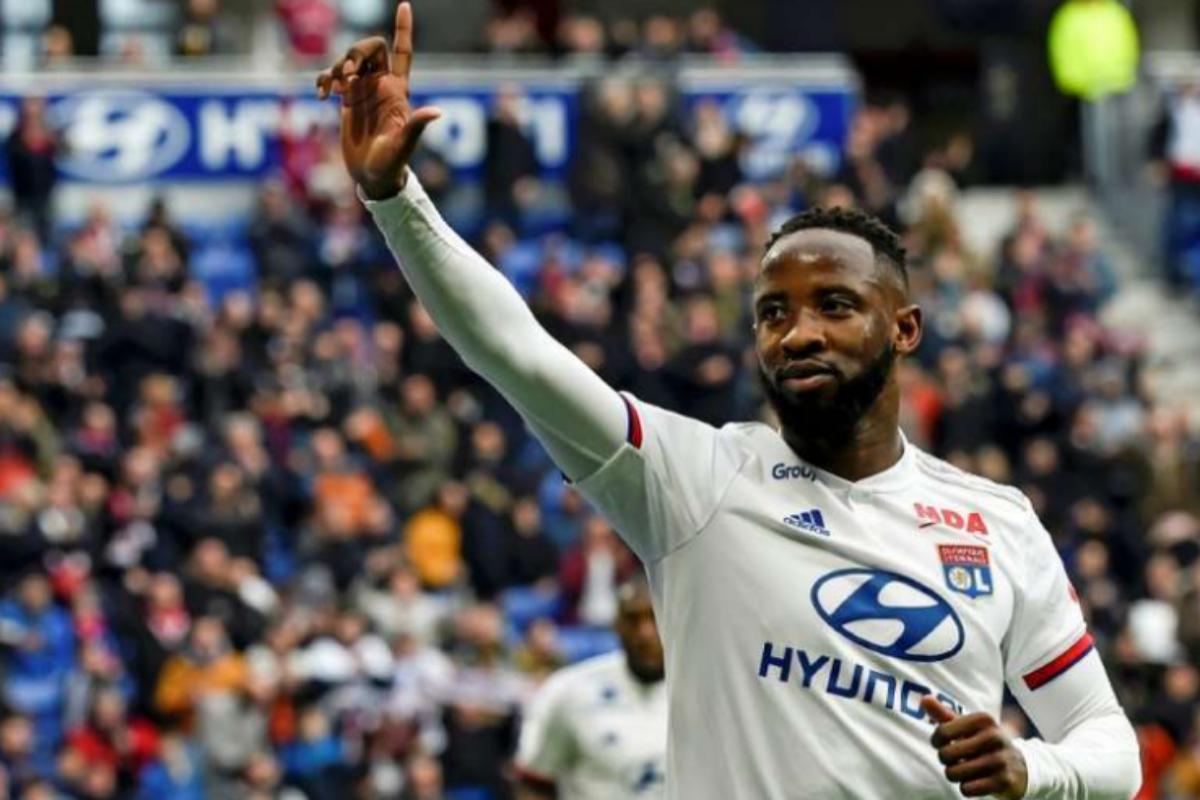 Moussa Dembélé celebra un gol con el Olympique Lyon.