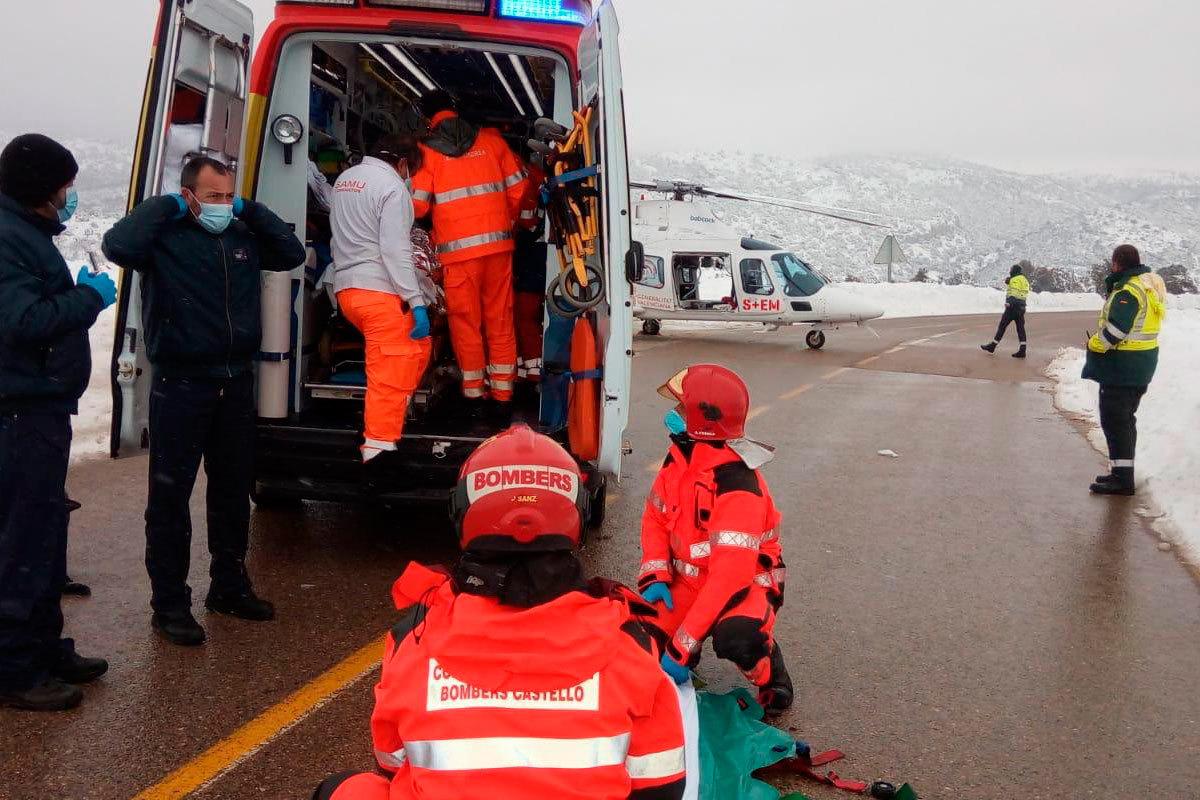 Rescate del conductor de una máquina quitanieves accidentado.