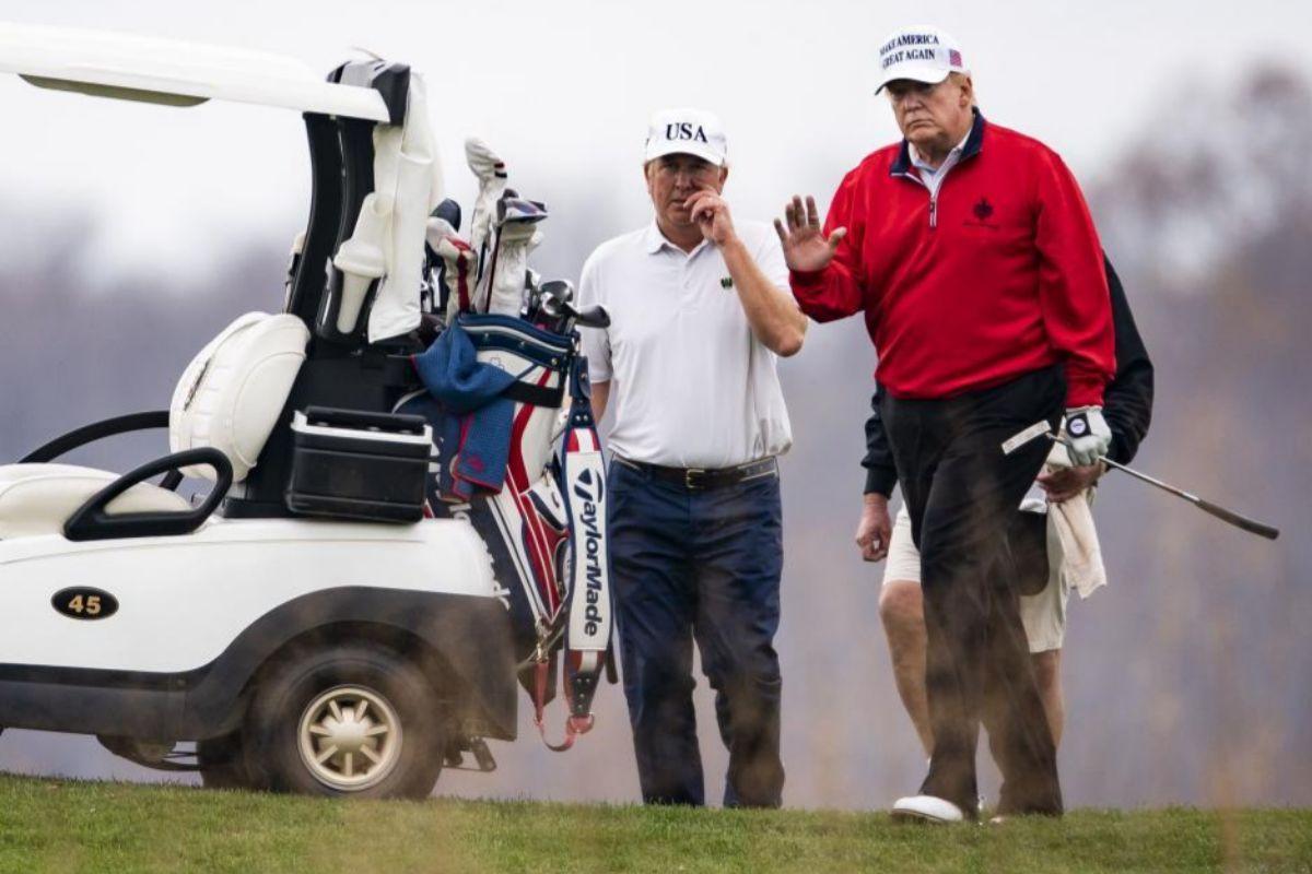 Trump, jugando golf en Virginia.