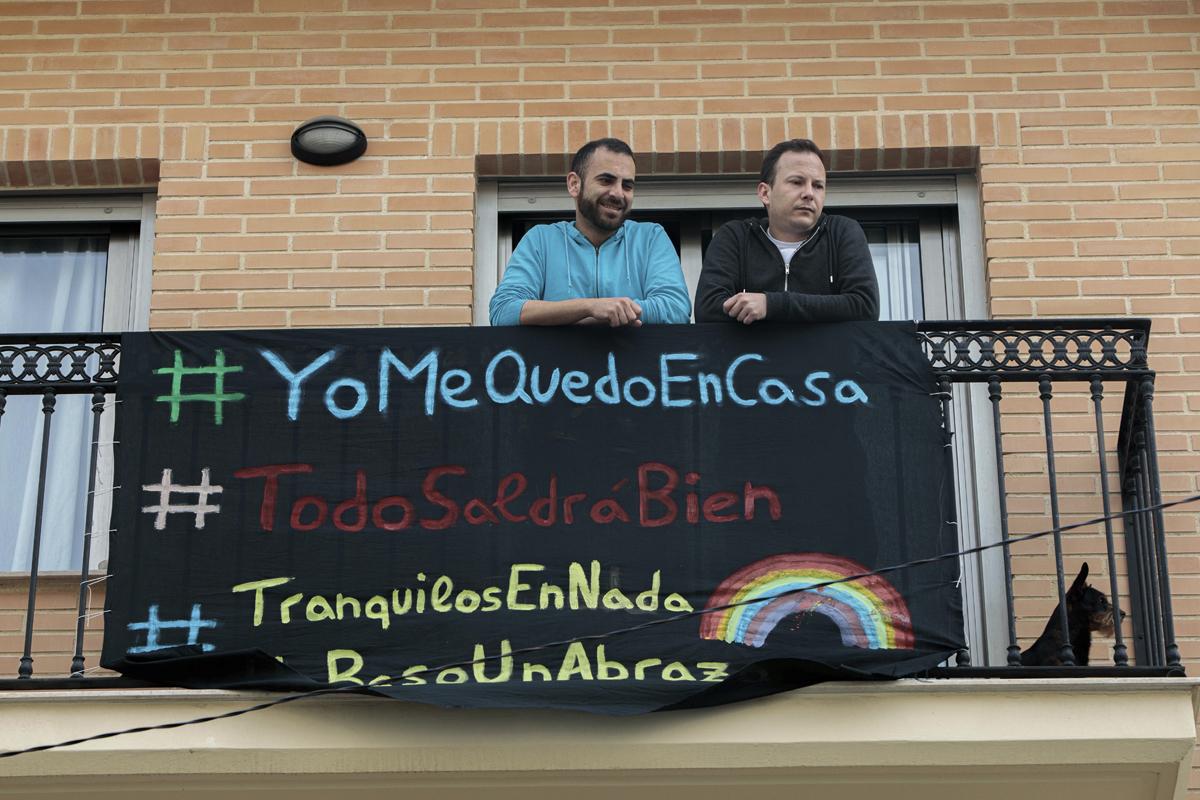 Dos valencianos en su balcón durante el confinamiento de abril.