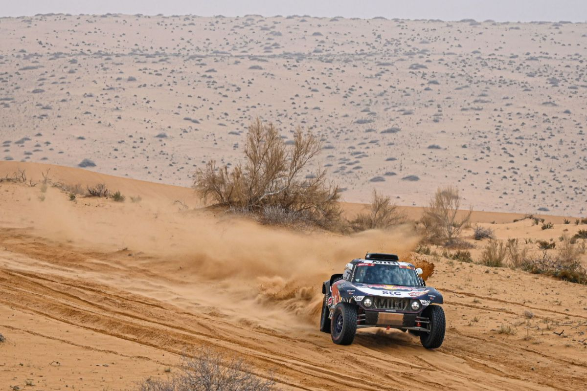 Sakaka (Saudi Arabia).- A handout photo made available by ASO of Carlos lt;HIT gt;Sainz lt;/HIT gt; and Lucas Cruz of Spain, Mini, X-Raid Mini JCW Team, in action during the 7th stage of the Dakar 2021 between Ha'il and Sakaka, in Saudi Arabia, 10 January 2021. (Arabia Saudita, España) EPA/ SHUTTERSTOCK OUT HANDOUT EDITORIAL USE ONLY/NO SALES/NO ARCHIVES