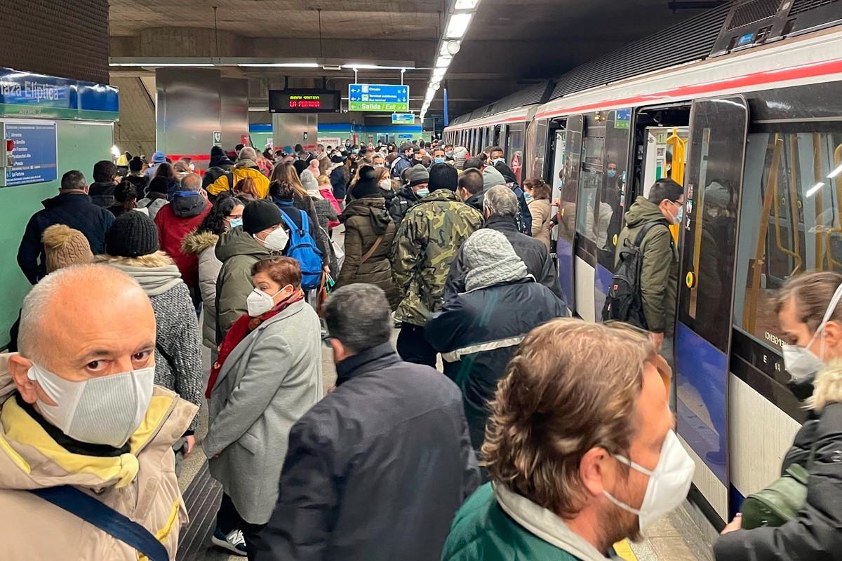 Aglomeraciones en el Metro este lunes.
