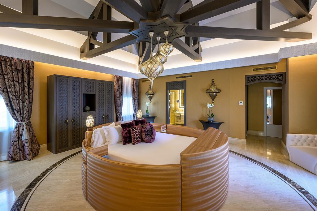 La cama redonda de la Crown Suite del Gran Hotel Miramar.