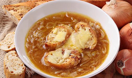 Contra el frío, la muy chic sopa de cebolla parisina