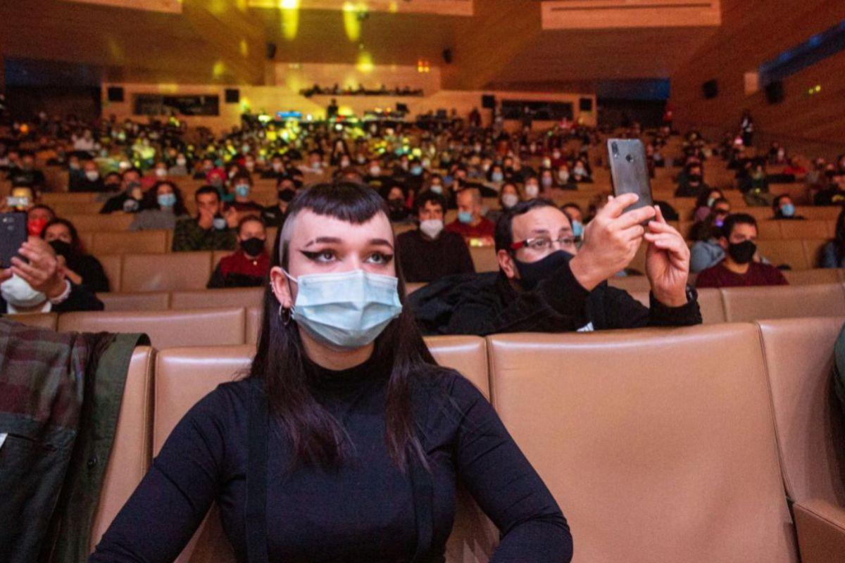 Una espectadora enmascarada, en el reciente festival Actual de Logroño.