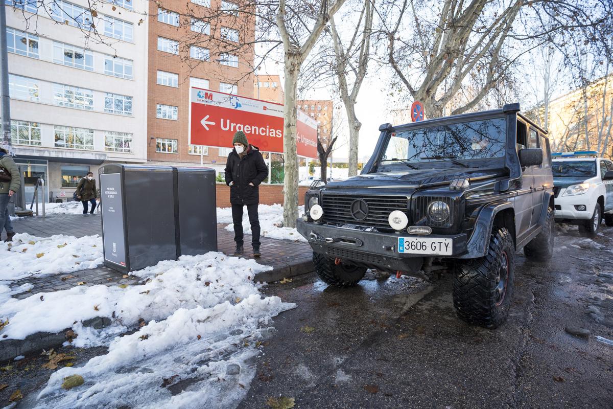 Un voluntario espera en su 4x4 a alguien al que trasladar a su casa, este lunes, en Madrid.