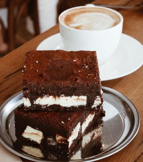 Brownie de chocolate negro y blanco, una de las tres recetas de B Blok.