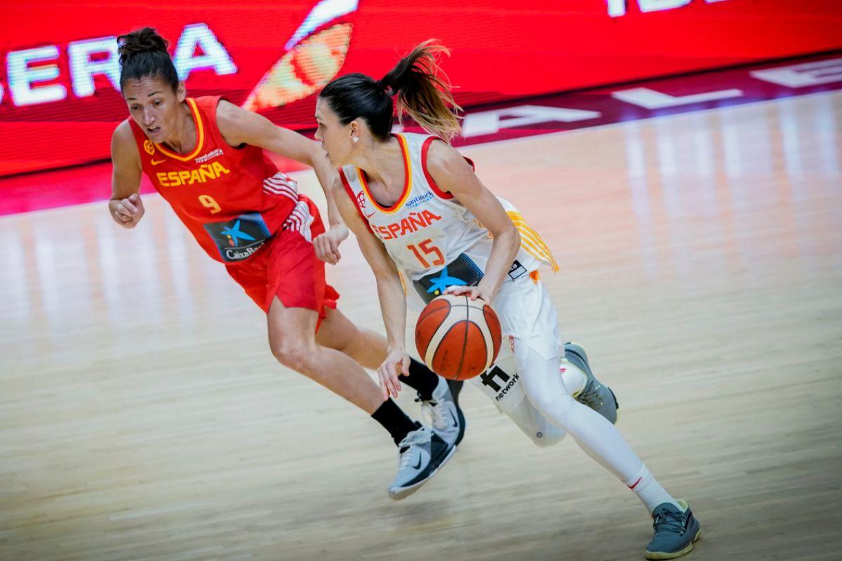 Cruz, defendida por Laia Palau, durante el partido amistoso en Valencia.