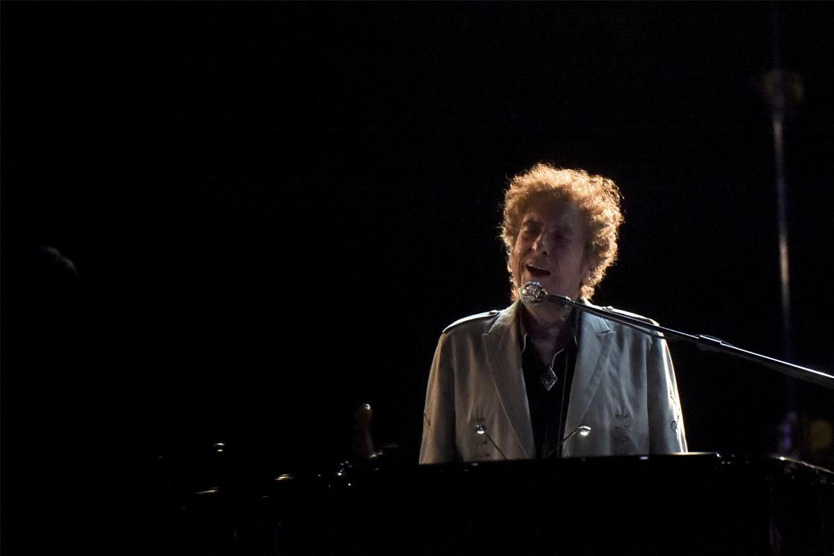 Bob Dylan, al piano durante una actuación en un festival en Delaware en 2017.