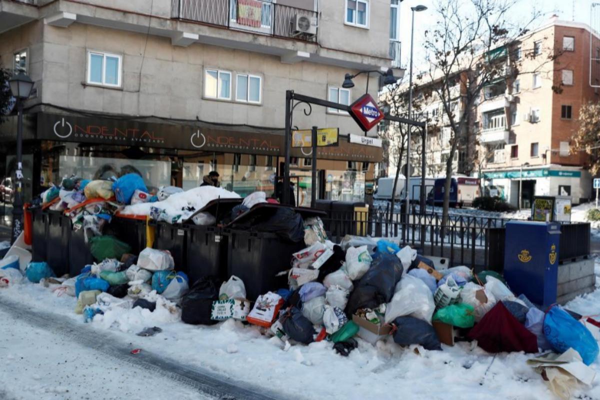 Acumulación de basuras entre la nieve, en el barrio de Urgel