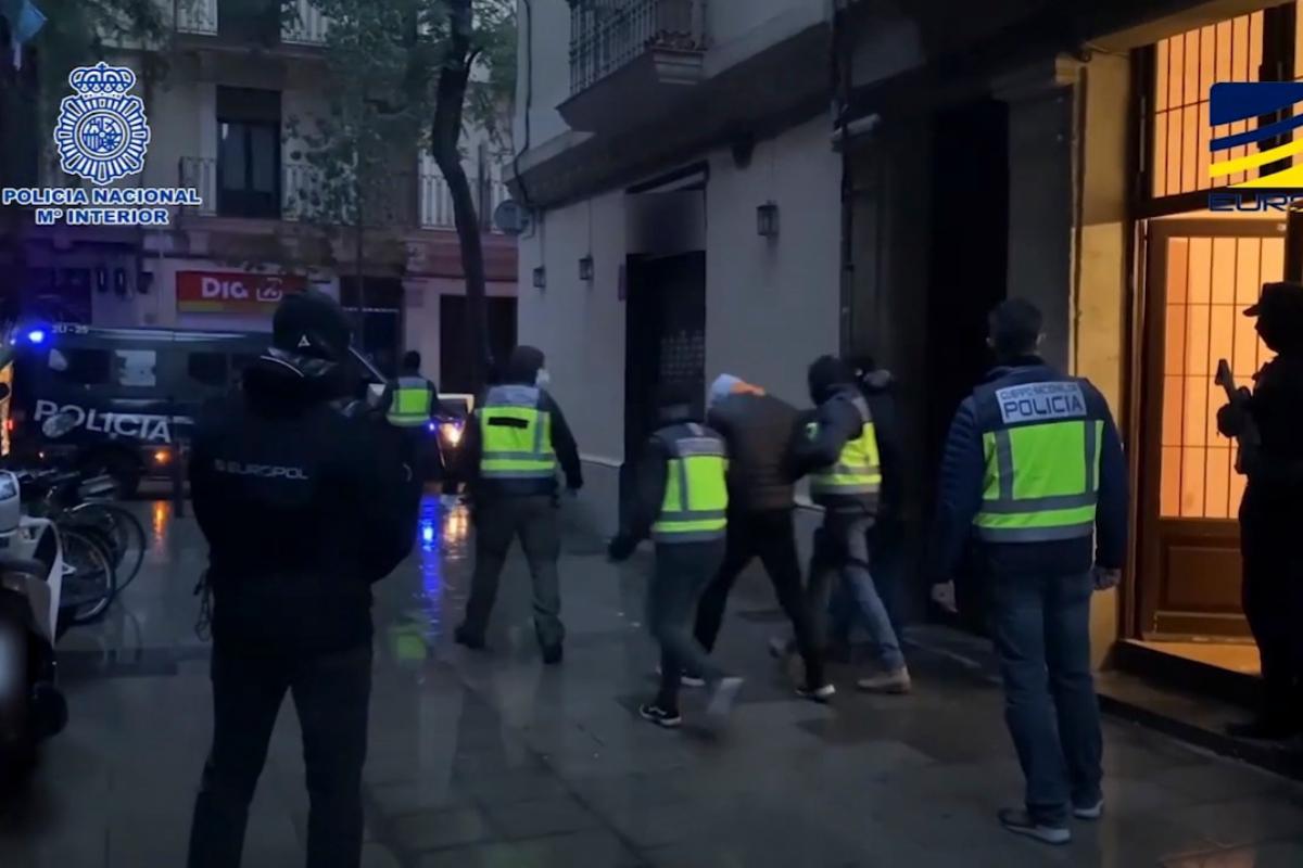 Captura del vídeo de la detención de tres presuntos yihadistas, el viernes, en Barcelona.