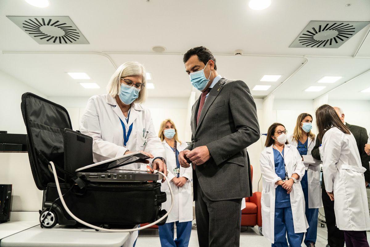 El presidente de la Junta, Juanma Moreno, durante su visita a las a las obras realizadas en el Hospital  Regional Universitario de Málaga.