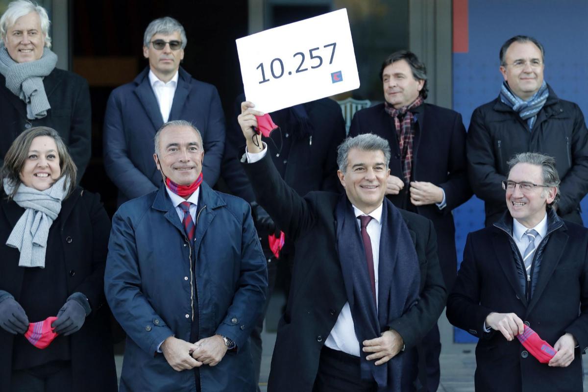GRAFCAT6908. BARCELONA.- El precandidato a la presidencia del Barcelona lt;HIT gt;Joan lt;/HIT gt; lt;HIT gt;Laporta lt;/HIT gt; (c) junto a varios miembros de su equipo en la puerta de las oficinas del club azulgrana donde este lunes entregó 10.257 firmas, mientras que su máximo rival en las urnas el próximo 24 de enero, Víctor Font, anunció que presentará esta tarde 4.710 apoyos.