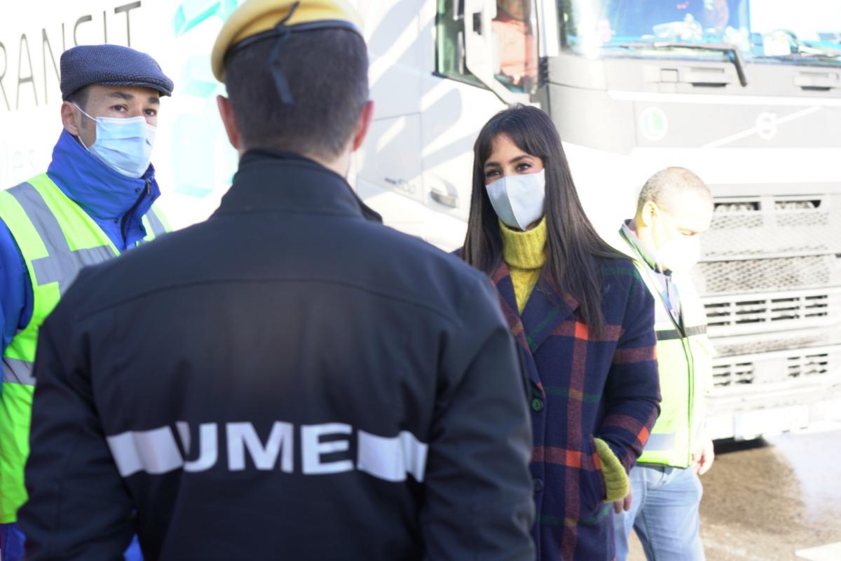 La vicealcaldesa, Begoña Villacís, conversa con trabajadores de Mercamadrid y efectivos de la UME