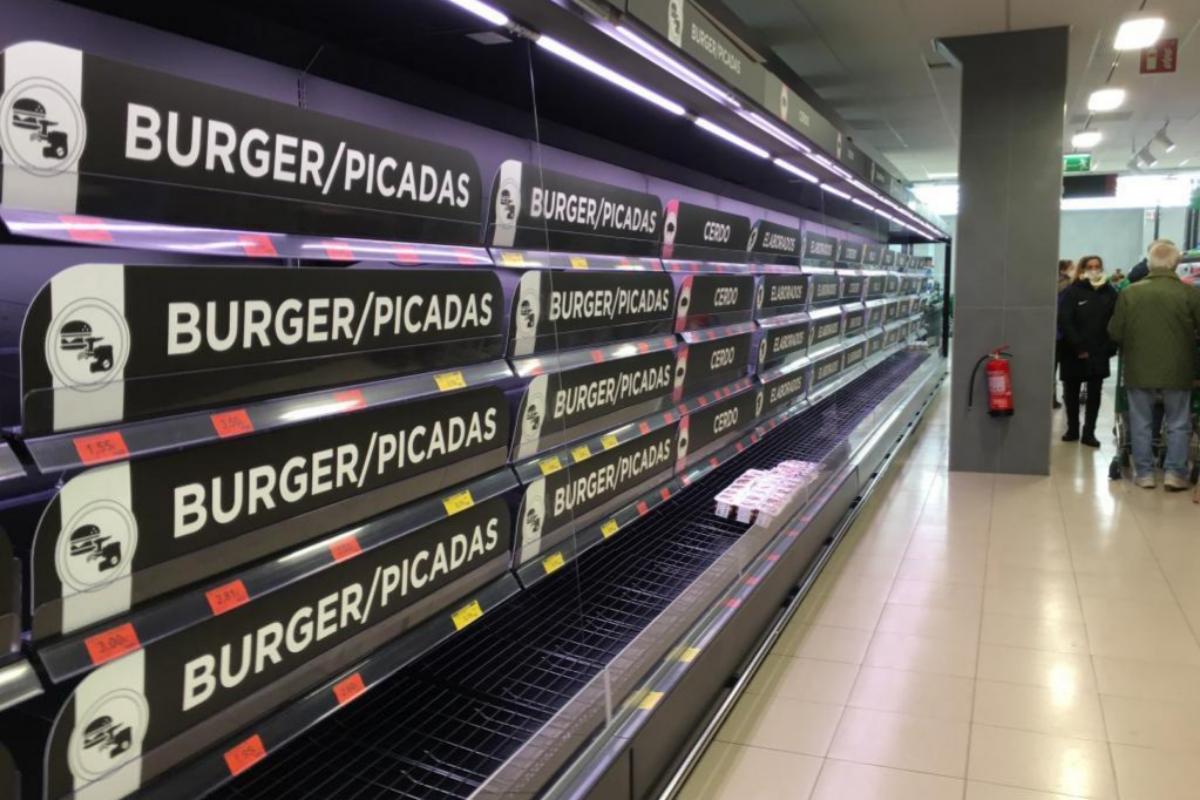 Ausencia de productos frescos en un supermercado de Madrid