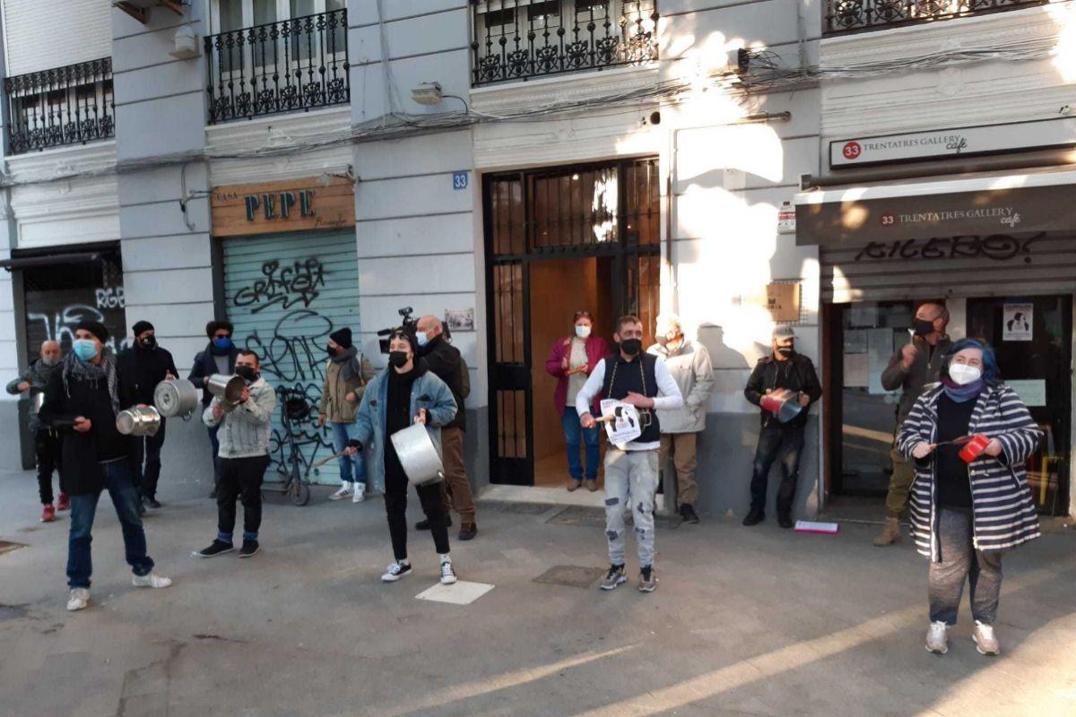 Cacerolada de los hosteleros en el barrio de Ruzafa de Valencia.