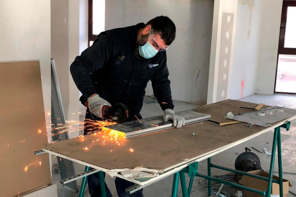 El electricista Jesús David lt;HIT gt;Silván lt;/HIT gt; llegó a trabajar a la obra en Arganzuela a pesar de la nevada. Firma El lt;HIT gt;Mundo lt;/HIT gt;