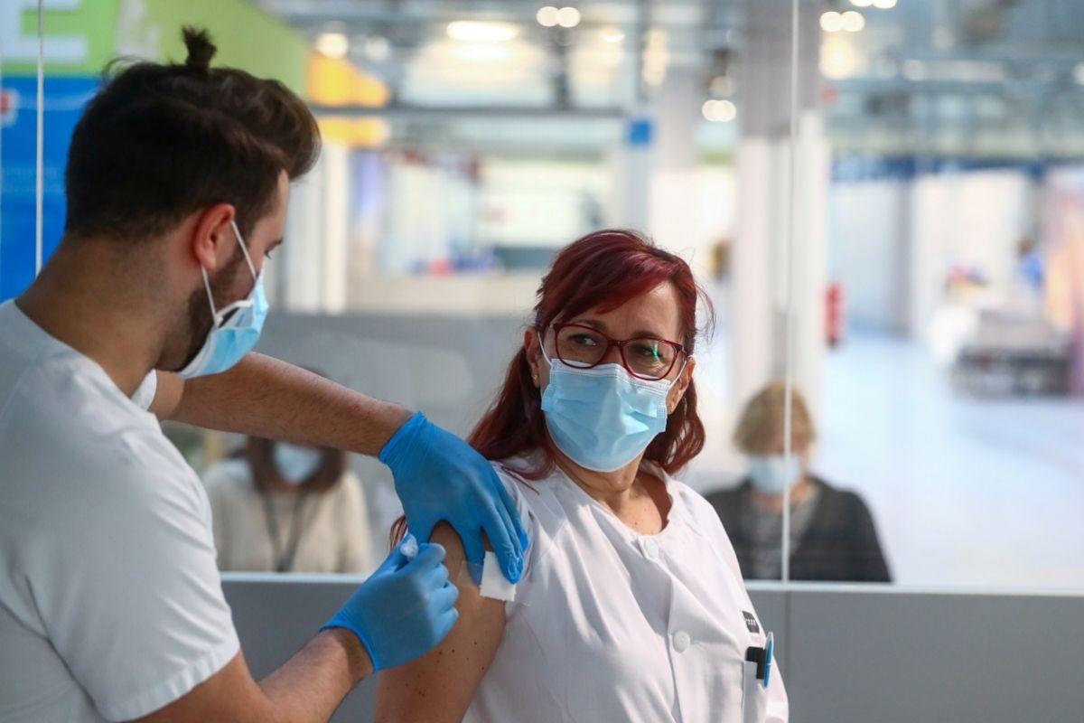 Una enfermera se vacuna contra el covid-19 en el Hospital Enfermera Isabel Zendal en Madrid.