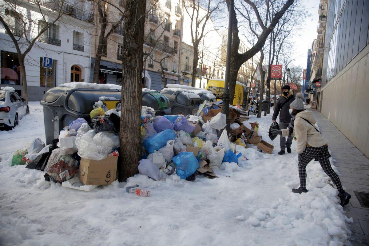 Basura acumulada en la calle Argumosa, en Lavapiés.