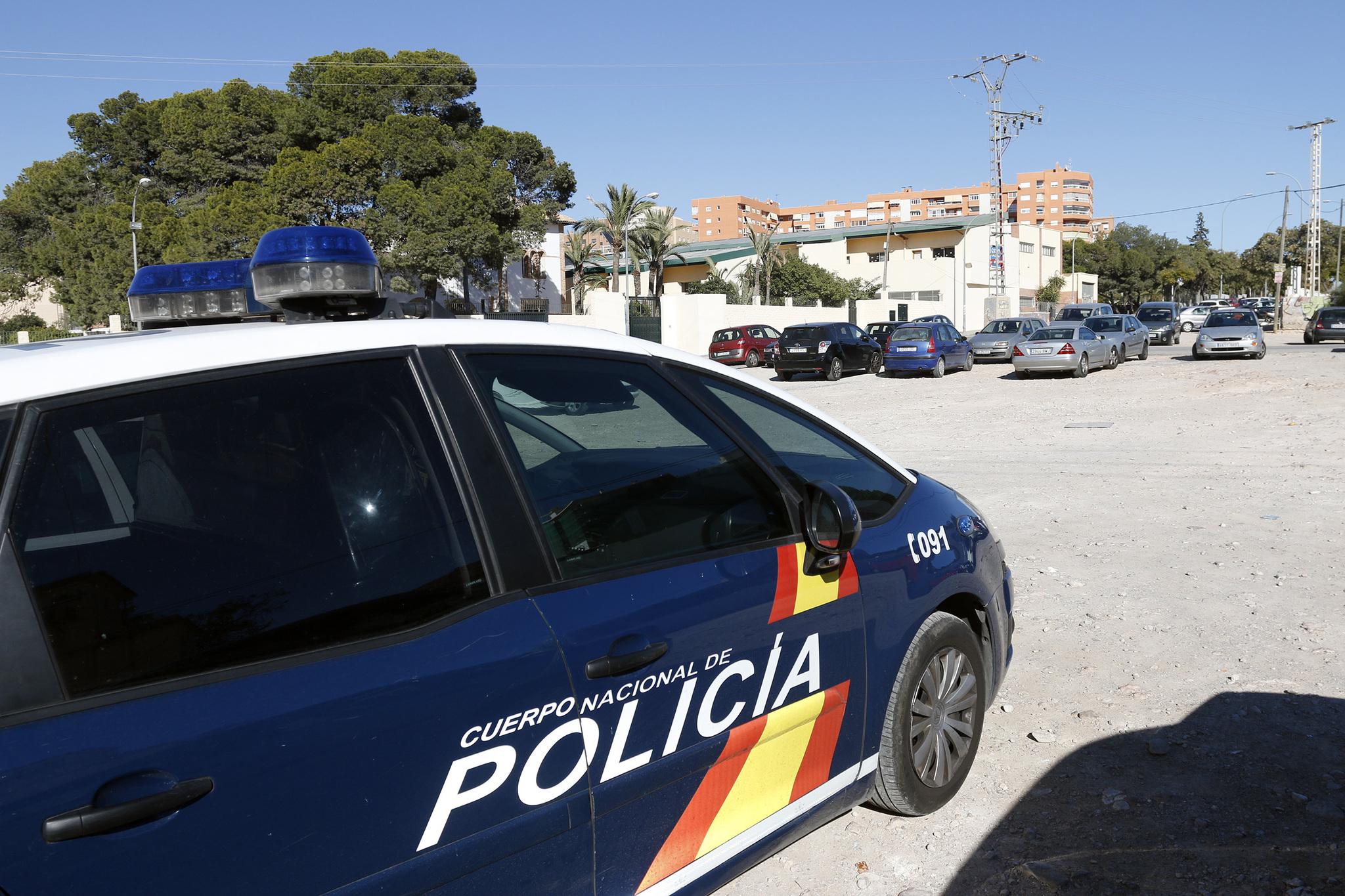 Un coche de Policía Nacional en Alicante.