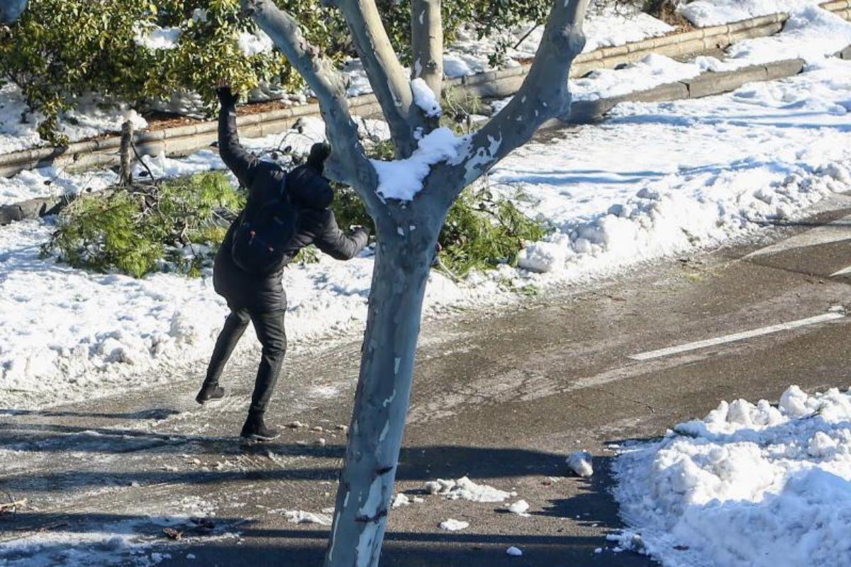 Una persona resbalándose en una calle de Pozuelo de Alarcón.