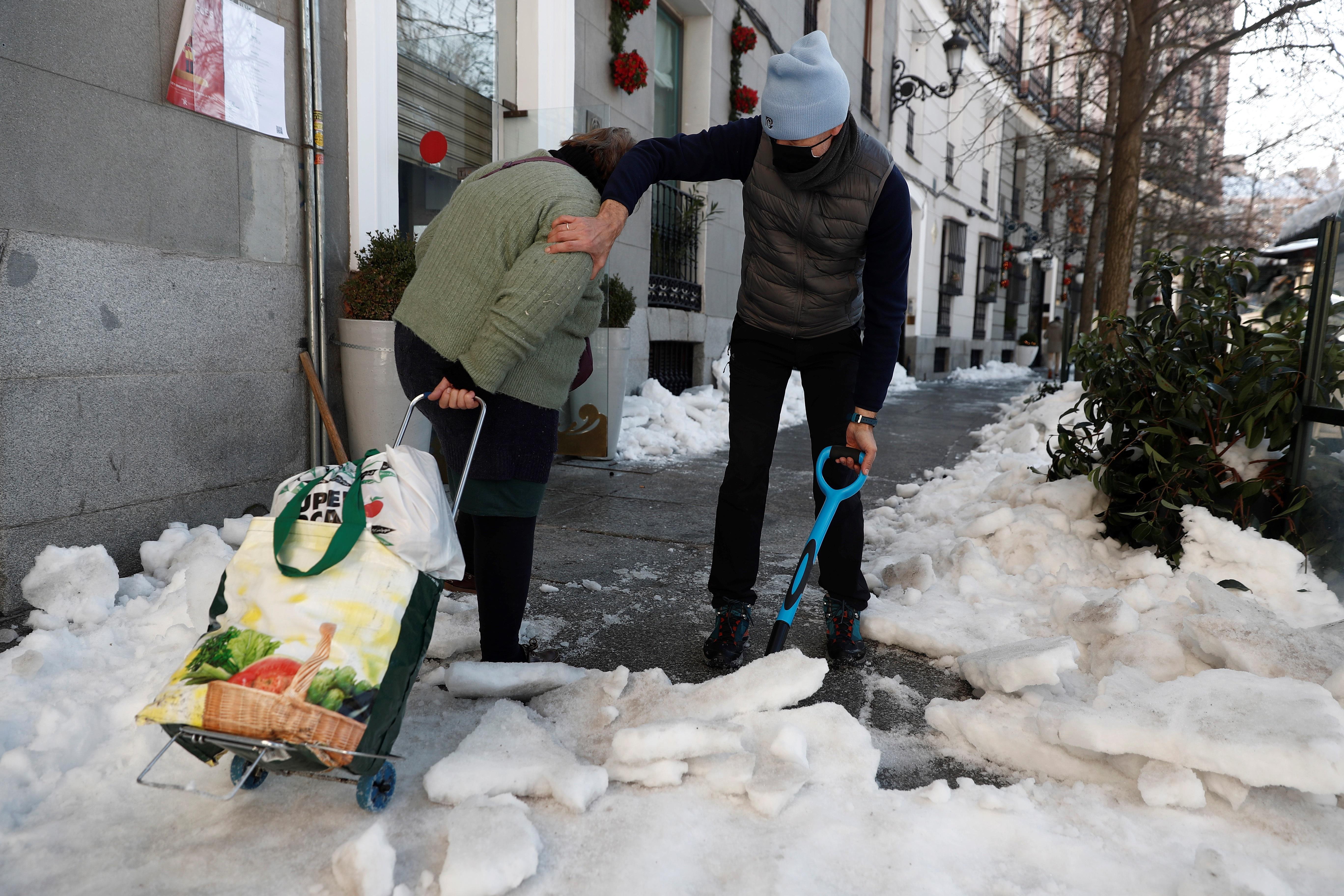 Dos ciudadanos en Madrid tras los efectos de Filomena.