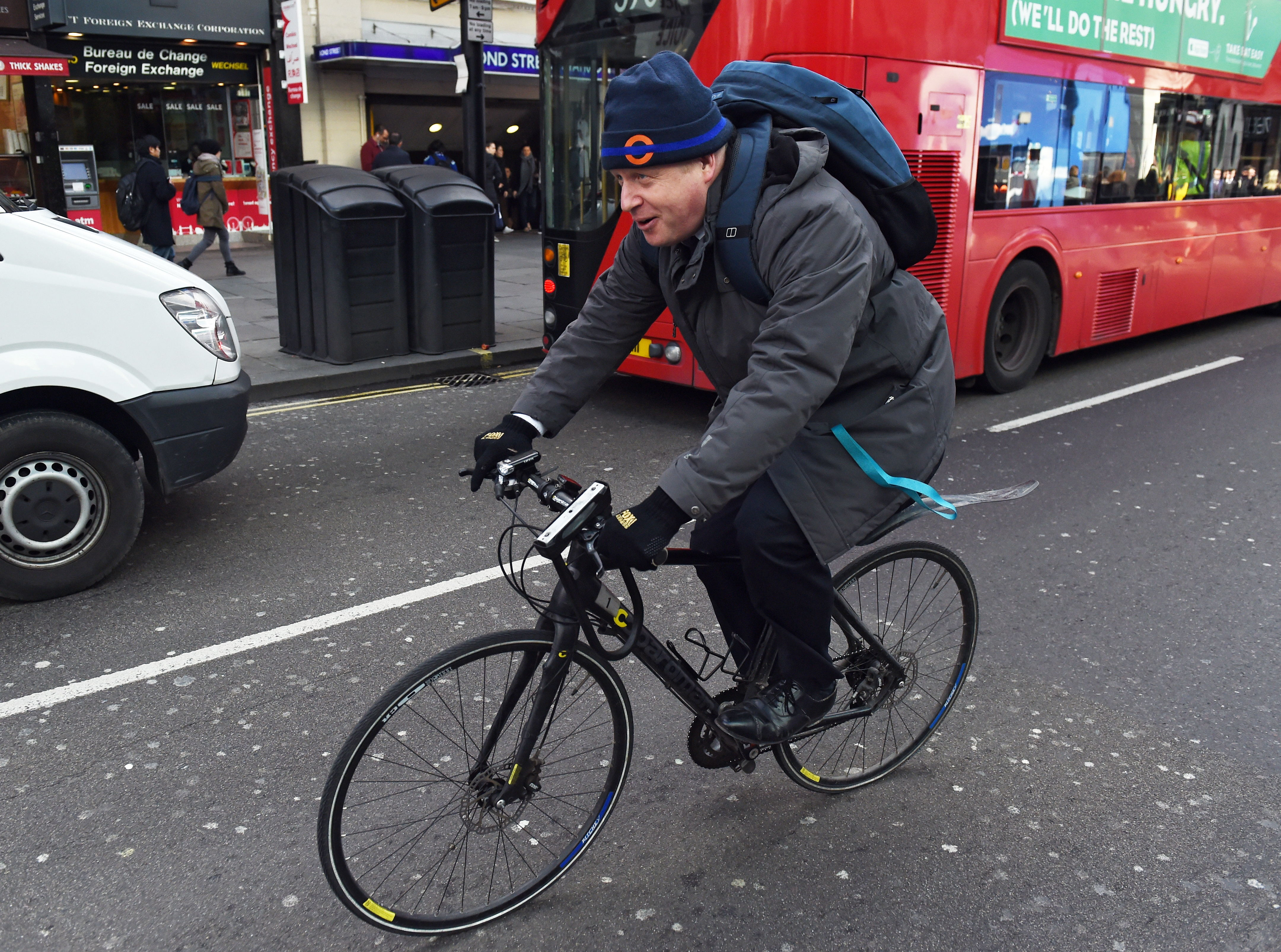 بوریس جانسون در یک پرونده دوچرخه سواری می کند.