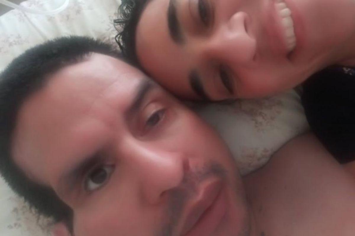 Fernando Cáceres, con su pareja, ya en casa.