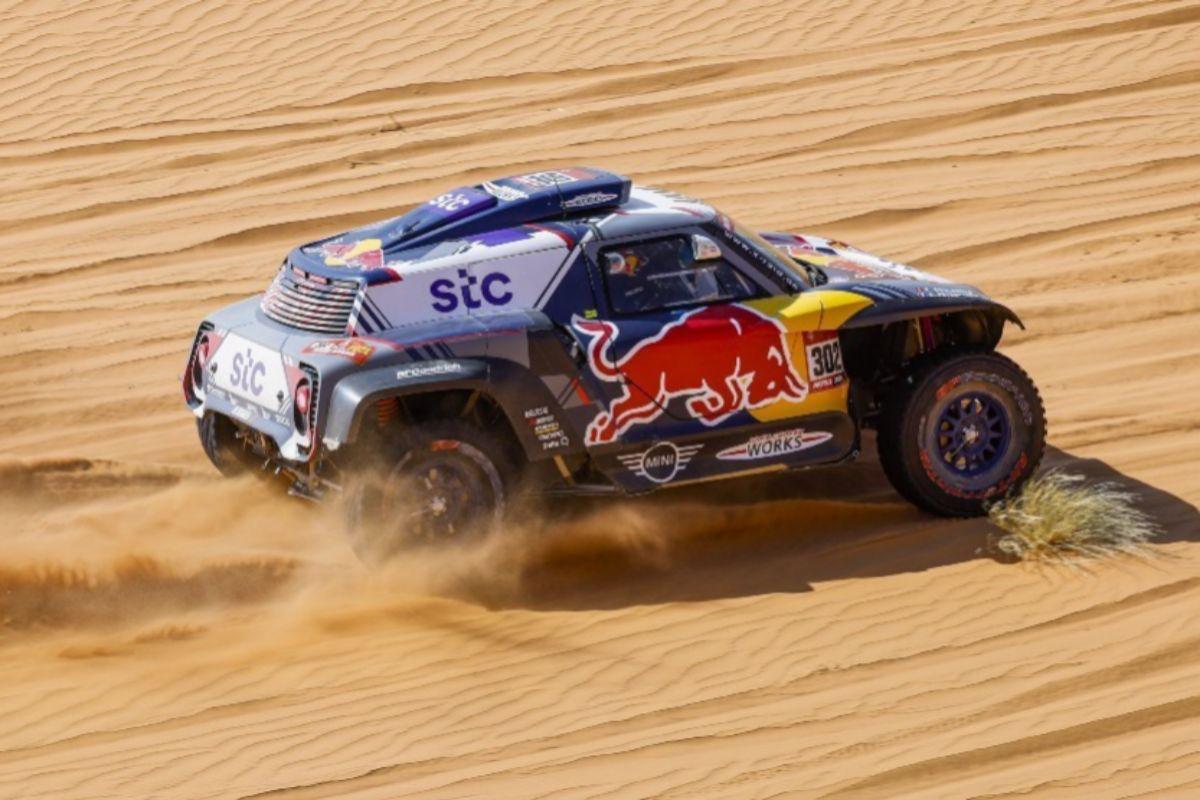 Carlos Sainz, en pleno desierto.
