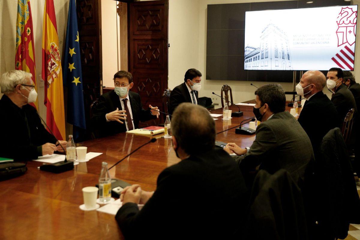 Ximo Puig con alcaldes y presidentes de las diputaciones.