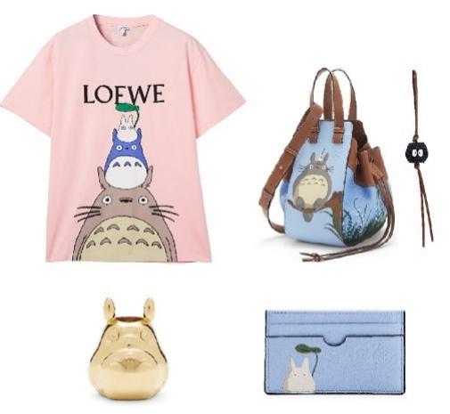 Camiseta 'Totoro' (290 ¤), bolso 'Totoro Hammock Drawstring' de piel de ternera y lino (1.550 ¤), charm 'Dust Bunny' (350 ¤), tarjetero 'Totoro' (250 ¤), de Loewe.