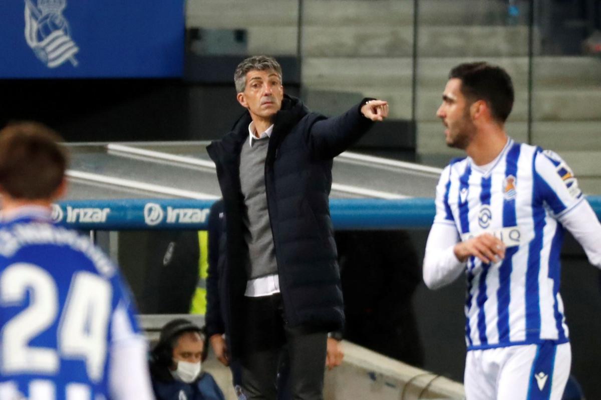 Imanol Alguacil da instrucciones a sus jugadores en un partido.