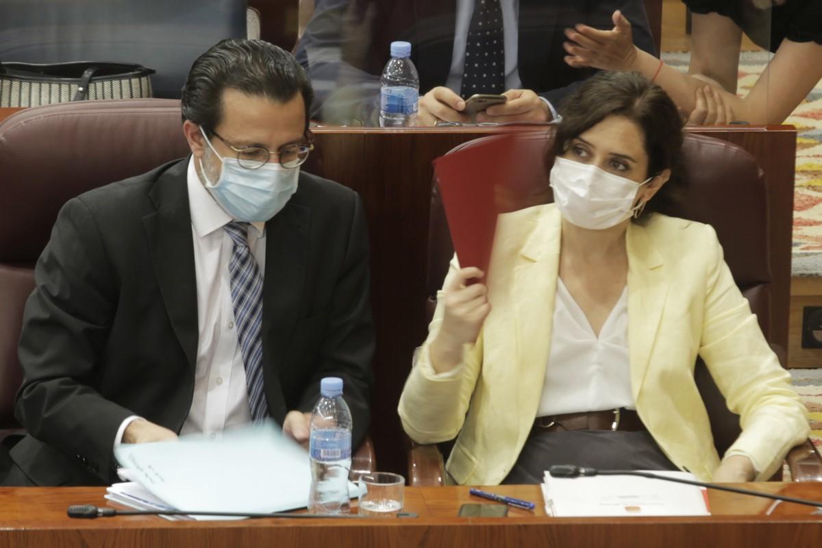 El consejero de Hacienda, Javier Fernández-Lasquetty y la presidenta de la Comunidad de Madrid, Isabel Díaz Ayuso