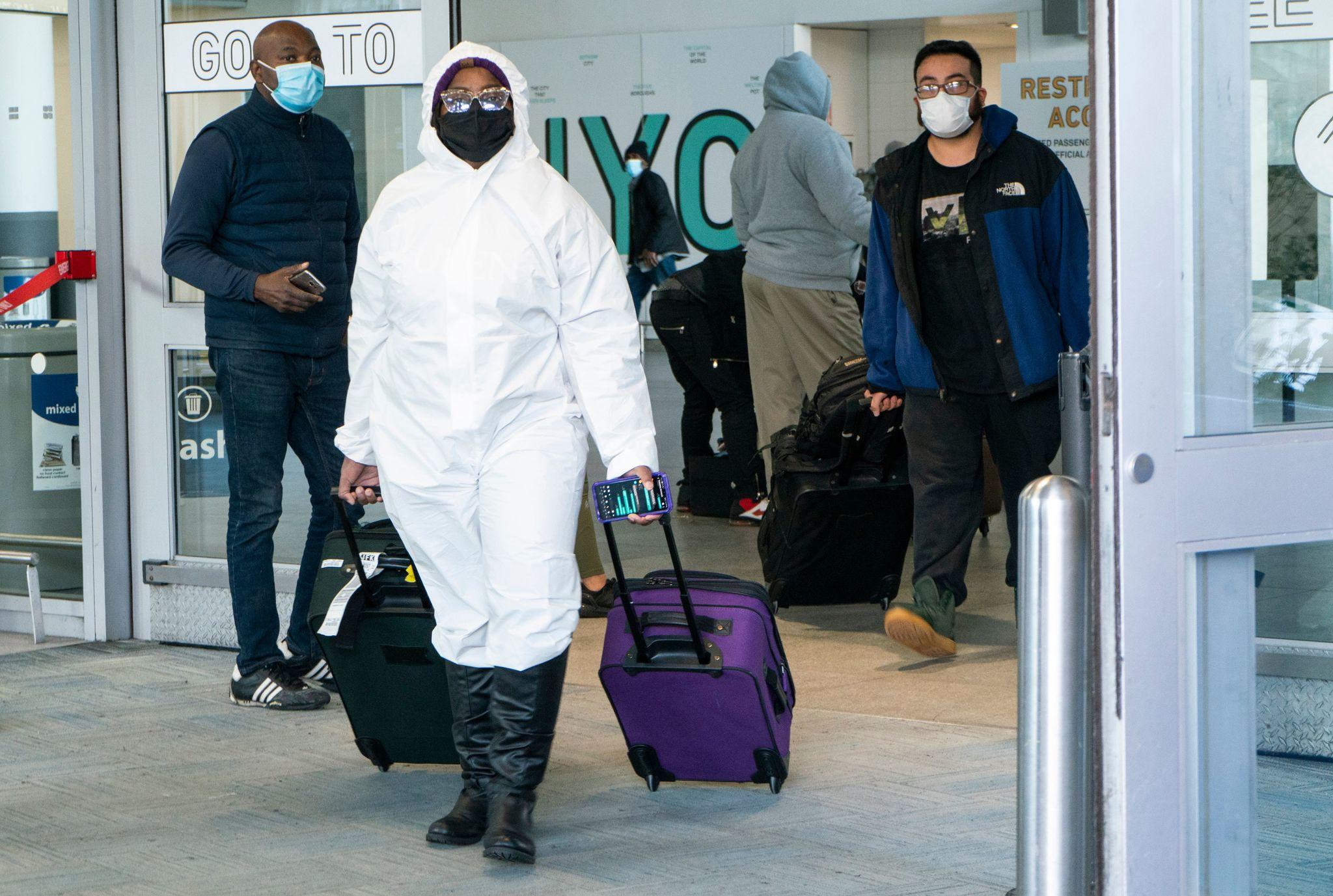 مسافر پس از فرود در فرودگاه نیویورک.