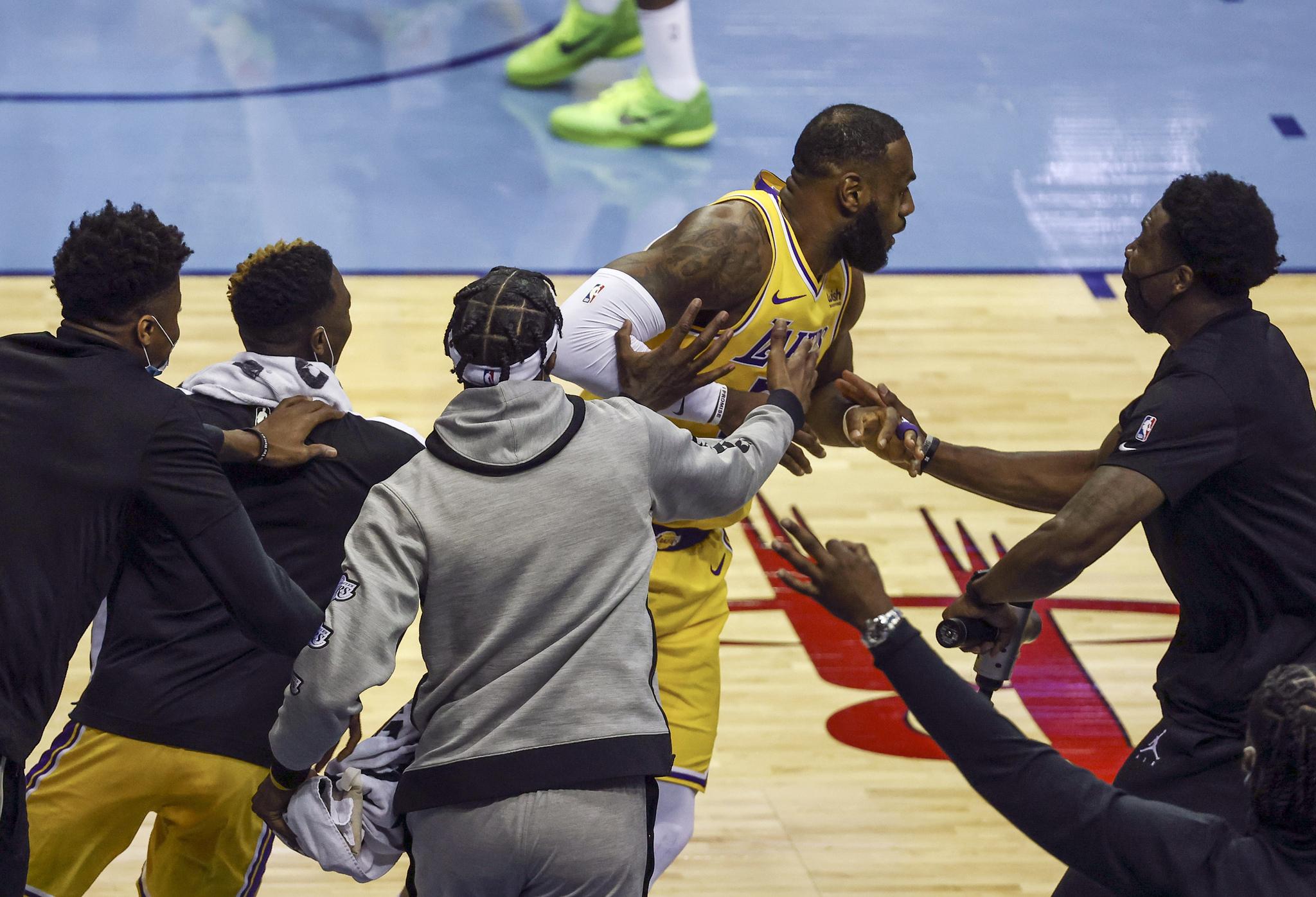 LeBron James celebra su triple este martes.