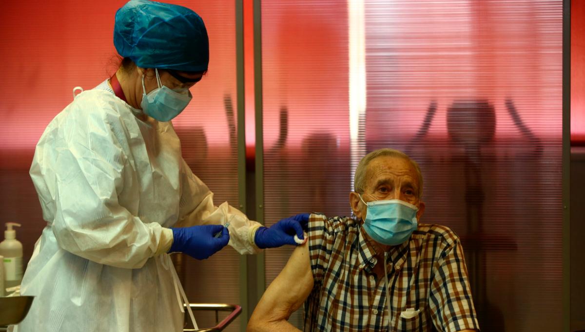 Madrid. 27.12.2020.-José Antonio y María son vacunados en la Comunidad de Madrid durante el primer día de vacunación contra la Covid-19 en España, en la lt;HIT gt;residencia lt;/HIT gt; de mayores Vallecas, perteneciente a la Agencia Madrileña de Atención Social (AMAS), en Madrid (España), a 27 de diciembre de 2020. Las primeras 1.200 dosis se administran en dos lt;HIT gt;residencias lt;/HIT gt; más de la capital, la lt;HIT gt;residencia lt;/HIT gt; La Azaleas del Grupo ASISPA en Ciudad Lineal y la lt;HIT gt;residencia lt;/HIT gt; Parque Almansa del Grupo Ballesol en Moncloa Aravaca. Las dosis de la lt;HIT gt;vacuna lt;/HIT gt; desarrollada por los laboratorios Pfizer y BioNtech llegaron a España, ayer 26 de diciembre a un almacén de Pfizer en Guadalajara por vía terrestre desde Puurs (Bélgica). A partir del lunes, se producirán las entregas semanales a las comunidades autónomas con una media de 350.000 dosis priorizadas para cuatro grupos de población: los residentes y personal sanitario y sociosanitario en lt;HIT gt;residencias lt;/HIT gt; de personas mayores y con discapacidad; el personal sanitario