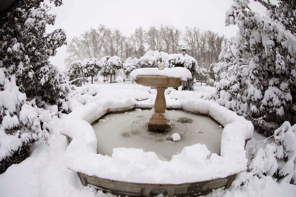 Una fuente congelada en la Plaza de Oriente de Madrid tras el paso del temporal de frío y nieve Filomena.