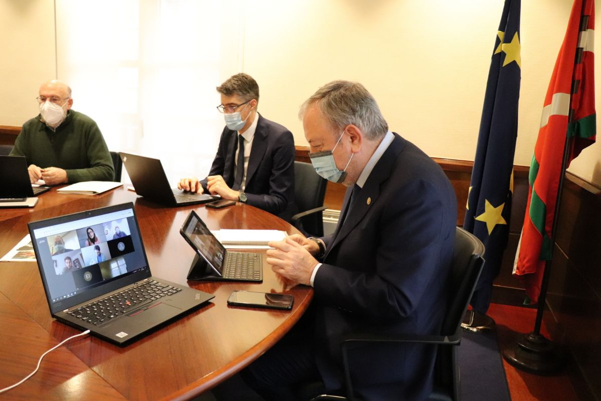 El consejero Azpiazu junto al resto de su equipo en la reunión telemática con la delegación de Podemos e IU.