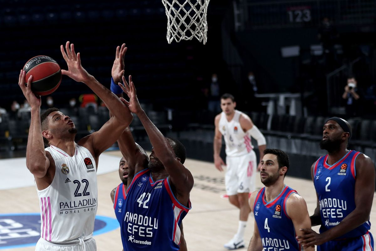 Istanbul (Turkey).- lt;HIT gt;Real lt;/HIT gt; Madridís Walter Tavares (L) in action against Anadolu Efes' Bryant Dunston (R) during the EuroLeague basketball match between Anadolu Ef?es and lt;HIT gt;Real lt;/HIT gt; lt;HIT gt;Madrid lt;/HIT gt; in Istanbul, Turkey 29 December 2020. ( lt;HIT gt;Baloncesto lt;/HIT gt;, Euroliga, Turquía, Estanbul) EPA/
