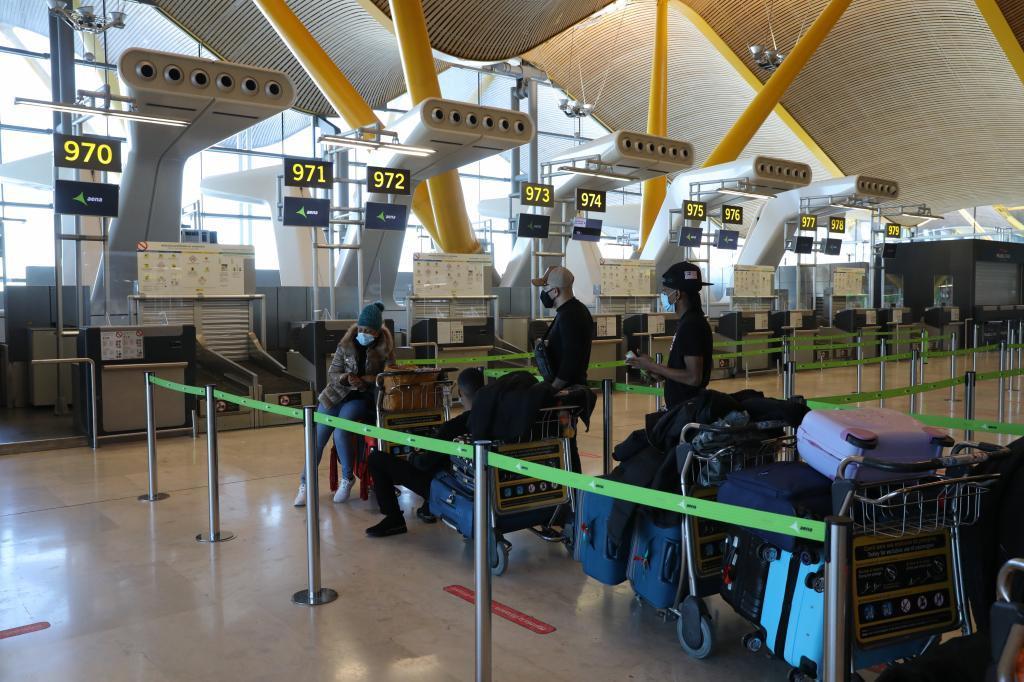 El aeropuerto Adolfo Suarez Madrid poco a poco retoma la actividad tras despejar la nieve de las pistas.