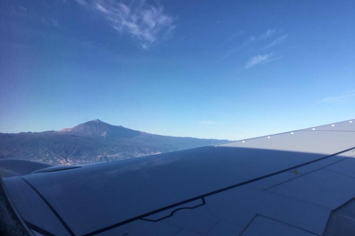 El Teide, visto desde la ventanilla de un avión.