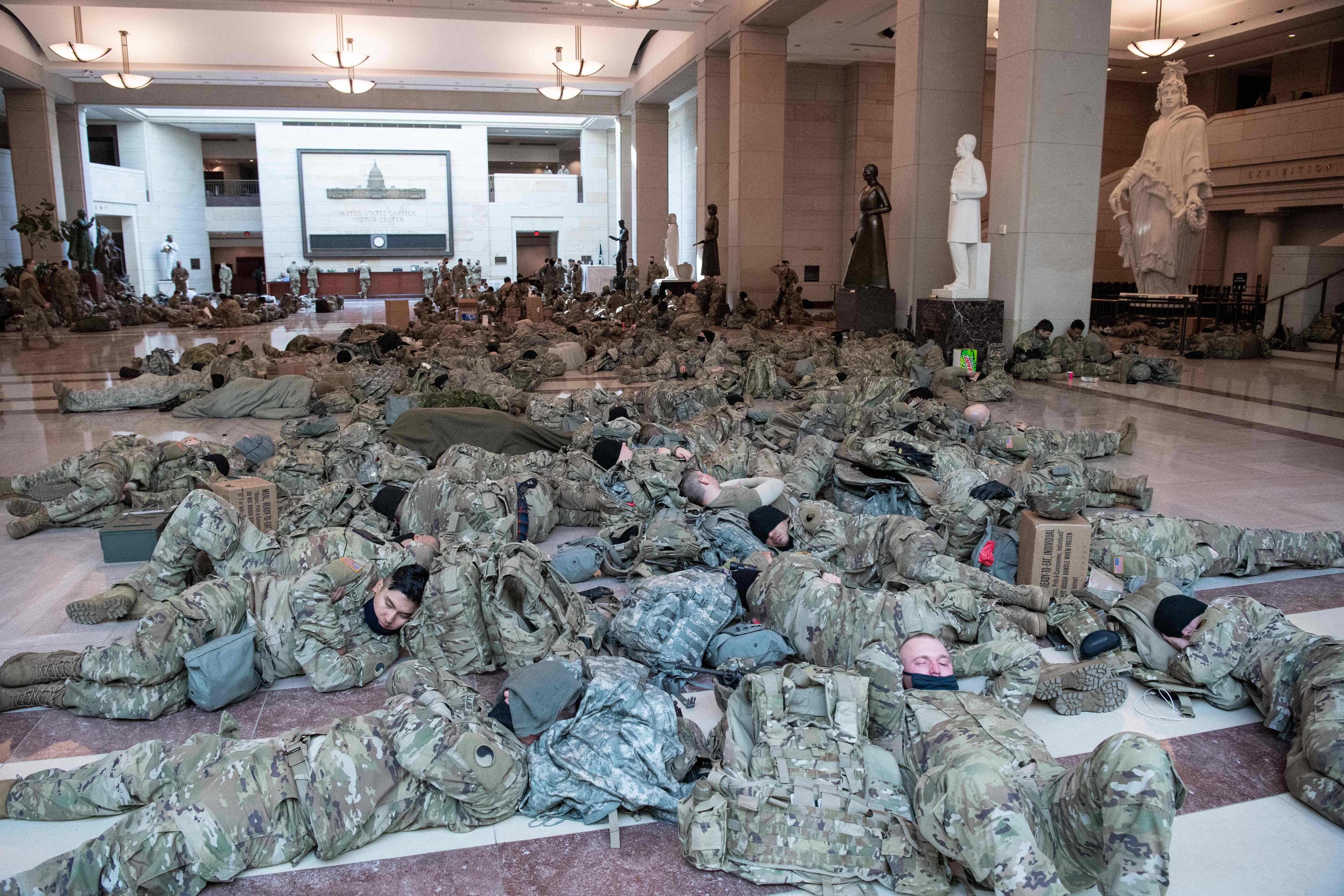 اعضای گارد ملی برای جلوگیری از حوادث هنگام رای گیری ، در پایتخت واشنگتن می خوابند.