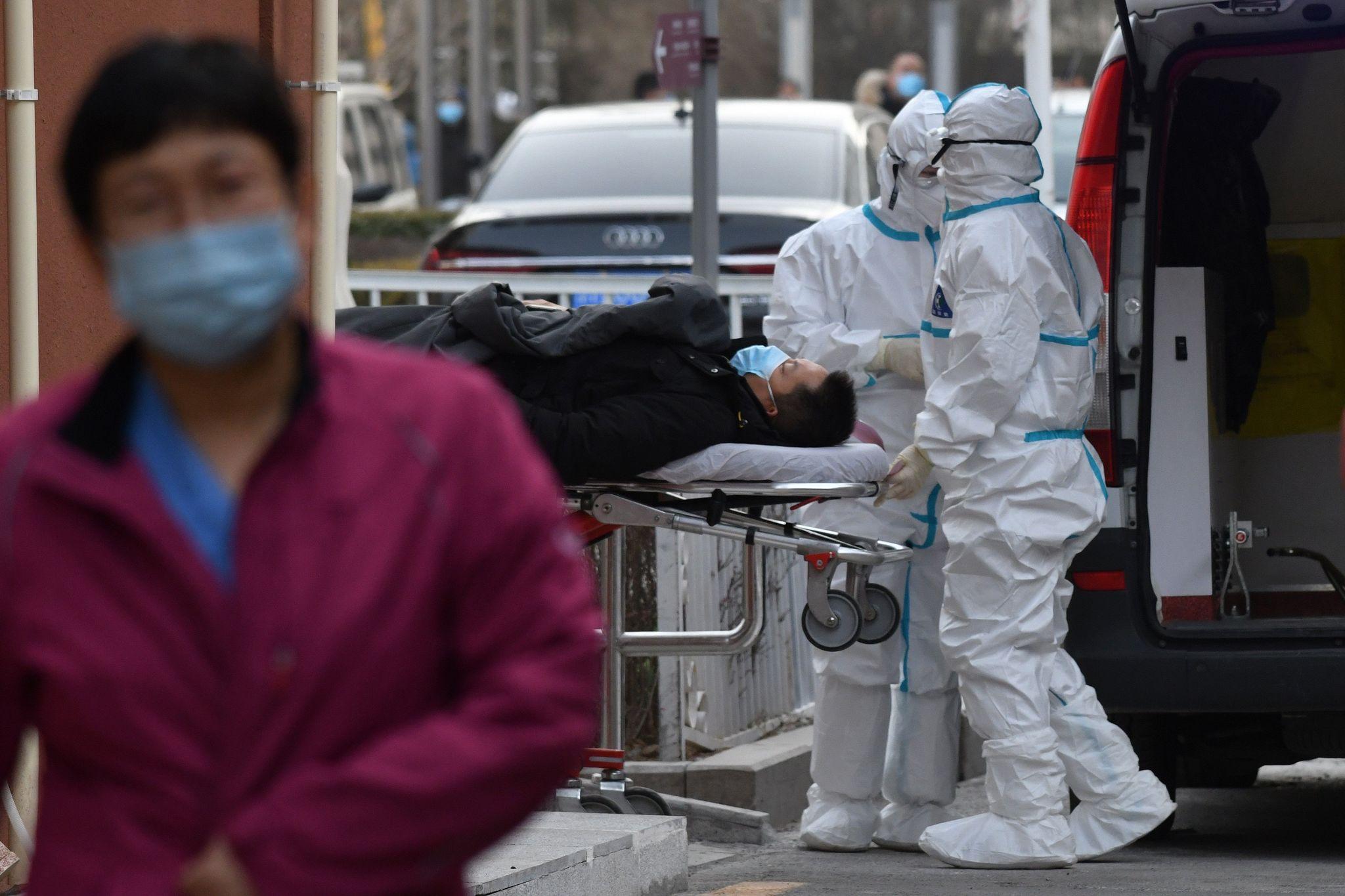 Sanitarios trasladan a un paciente a un hospital de Pekín.