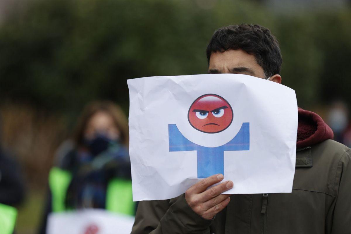 Un sindicalista de Osakidetza participa en las protestas durante la mañana de hoy en Bilbao.